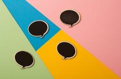 Runde leere Kreidebrettrede sprudelt auf farbigen Papieren Stockbild