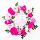 Runde mit Blumenzusammensetzung mit rosa Rosen blüht auf weißem Hintergrund Flache Lage, Draufsicht Blumenbeschaffenheit lizenzfreies stockfoto