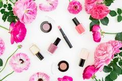 Runde mit Blumenzusammensetzung mit rosa Rosen blüht auf weißem Hintergrund Flache Lage, Draufsicht Blumenbeschaffenheit stockbilder