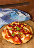 Runde Pizza lizenzfreie stockbilder