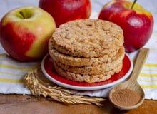 Runde Reiscracker gemacht mit Apfel und Zimt, gesunder Imbiss zum Frühstück, Mittagessen und Schulnahrung stockfotografie