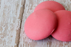 Runde rosa Ostern-Plätzchen auf einem strukturierten Hintergrund stockbilder