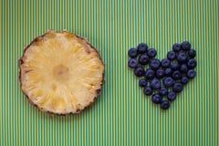 Runde Scheibe der frischen Ananas und der Blaubeeren lizenzfreies stockbild