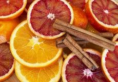 Runde Scheiben der Orange mit Zimt Stockfotos