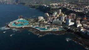 Runde Schwimmbäder der oberen Ansicht nahe den Hotels gewaschen durch Wellen stock video footage