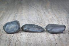 Runde Steine auf hölzerner Beschaffenheit für einen Badekurort. stockbilder