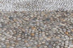Runde Steine im Boden Lizenzfreies Stockfoto
