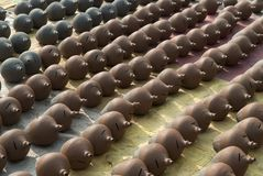 Runde Töpfe des Lehms handgemacht, Lüge in den Reihen auf gelbem Stroh Stockfotos