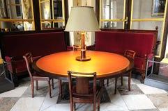 Runde Tabelle mit Lampe Stockfotografie