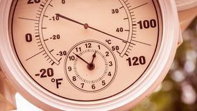 Runde Thermometer-Uhr, die über 110 Grad darstellt Stockbilder