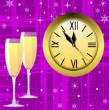 Runde Uhr und zwei Gläser mit Champagner Stockfotografie