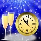 Runde Uhr und zwei Gläser mit Champagner Stockbild