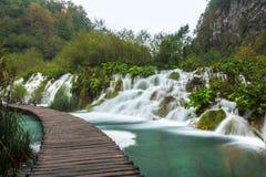 Runde Wasserfälle des Plitvice-Park-Fußwegs Stockfotos