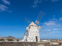 Runde Windmühle mit vier Flügeln auf der Kanarischen Insel Stockbild