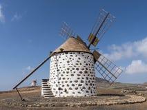 Runde Windmühle mit vier Flügeln auf der Kanarischen Insel Stockfotografie