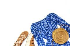Runden blauer Overall der stilvollen modischen weiblichen Sommerkleidungs Kleider, Sandalen Rattantasche auf modischem Hippie-Bli stockfotografie