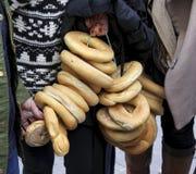 Runden des Brotes hängend am Seil am Festival des Brotes und des San Sebastiáns in Spanien Lizenzfreie Stockfotos