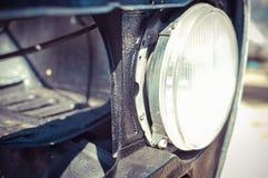 Runder Autoscheinwerfer für altes Auto auf unscharfem im Freien Stockfotos