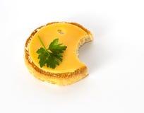 Runder Biskuit mit Käse mit einem Bissen heraus lizenzfreies stockbild
