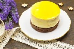 Runder gelber Kuchen auf weißer Untertasse Stockfotografie
