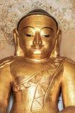 Runder goldener Buddha stellen im Tempel auf Myanmar gegenüber Stockbilder