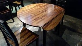 Runder Holztisch mit hölzernen Details Stockfoto