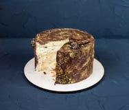 Runder Kuchen mit einem Schnittstück in der Mitte, Schokolade geschmackvoll lizenzfreies stockbild