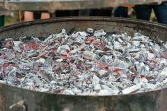 Runder Metallholzkohlengrill für den Grill bereit stockbild