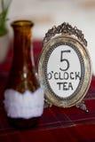 Runder Metallrahmen für Bild mit Aufschrift Tee mit 5 Uhr Stockfoto