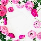 Runder mit Blumenrahmen von Rosen und von Anemonenblumen auf weißem Hintergrund Flache Lage, Draufsicht Pastellblumenbeschaffenhe lizenzfreie abbildung