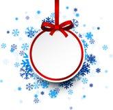 Runder Papierweihnachtsball auf blauen Schneeflocken Stockfotos