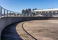 Runder Pier in der Stadt lizenzfreie stockbilder