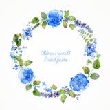 Runder Rahmen von blauen Blumen und Beeren des Aquarells Lizenzfreie Stockfotos