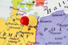 Roter Druckbolzen auf Karte von Deutschland Stockfotos