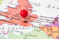 Roter Druckbolzen auf Karte von England Stockbild
