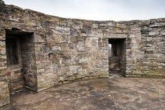 Runder ruinierter Innenraum mit leeren Fenstern des alten Steinforts Stockbild