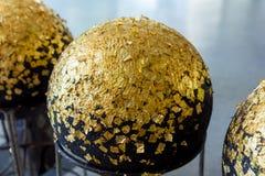 Runder Stein mit Goldblatt Stockbild