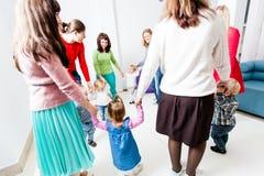 Runder Tanz im Kindergarten lizenzfreie stockfotos