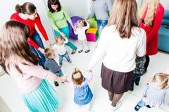 Runder Tanz im Kindergarten stockfotos
