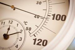 Runder Thermometer, der über 100 Grad darstellt Stockbilder