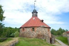 Runder Turm von Lars Torstennson in der alten Korela-Festung am bewölkten Juni-Nachmittag Priozersk, Russland Stockbilder