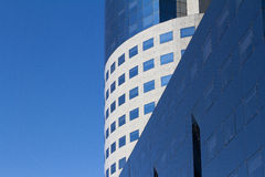 Rundes Bürogebäude mit den konkreten und Glasfenstern Stockfoto
