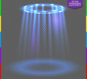 Rundes blaues Glühen strahlt Nachtszene auf transparentem Hintergrund aus Leeres Lichteffektpodium Stockfotografie