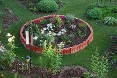 Rundes Blumenbeet im Garten Lizenzfreie Stockfotos