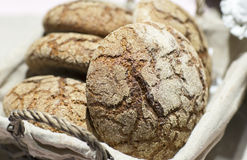Rundes Brot des Korbroggens Stockbild