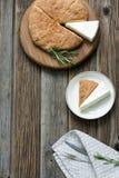 Rundes Brot mit Rosmarin- und Käsebriekäse Lizenzfreies Stockbild
