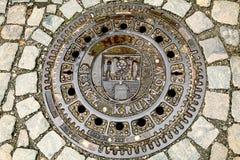 Rundes Eisen-Abwasserkanal-Kanaldeckel Stockfotos