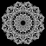 Rundes Feld - Blumenspitzeverzierung - Weiß auf schwarzem Hintergrund Stockfotografie