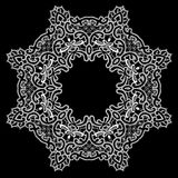 Rundes Feld - Blumenspitzeverzierung - Weiß auf schwarzem Hintergrund Stockfoto