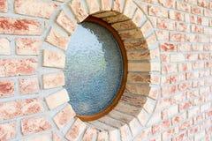 Rundes Fenster auf Backsteinmauer - flache Schärfentiefe - konzentrieren Sie sich auf t Lizenzfreie Stockbilder